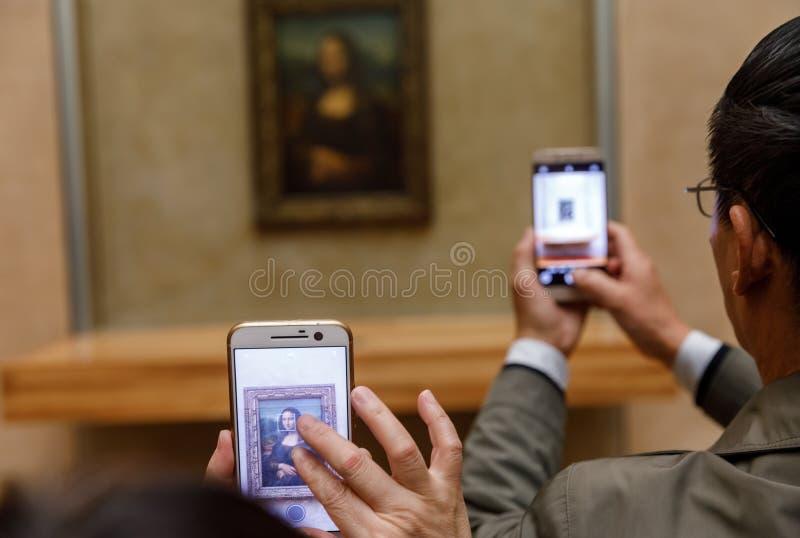 ` S Mona Lisa de Leonardo Da Vinci no Louvre Museumn imagens de stock
