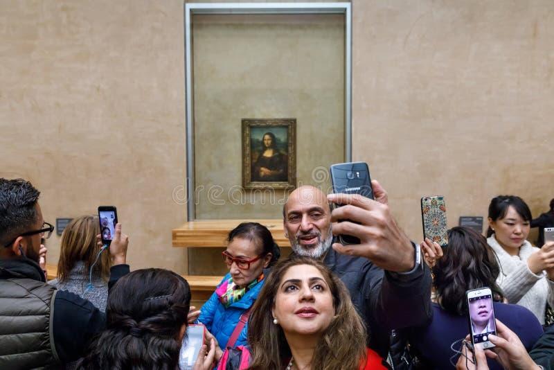 ` S Mona Lisa de Leonardo Da Vinci no Louvre Museumn fotos de stock royalty free