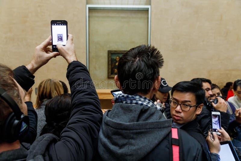 ` S Mona Lisa de Leonardo Da Vinci no Louvre Museumn imagem de stock royalty free