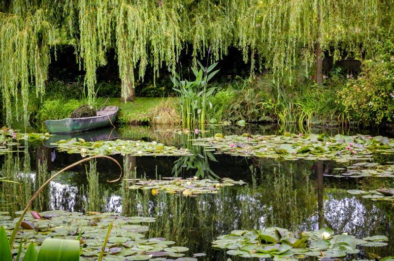 ` S Monet садовничает и дом на Giverny, Нормандии, Франции стоковое фото rf