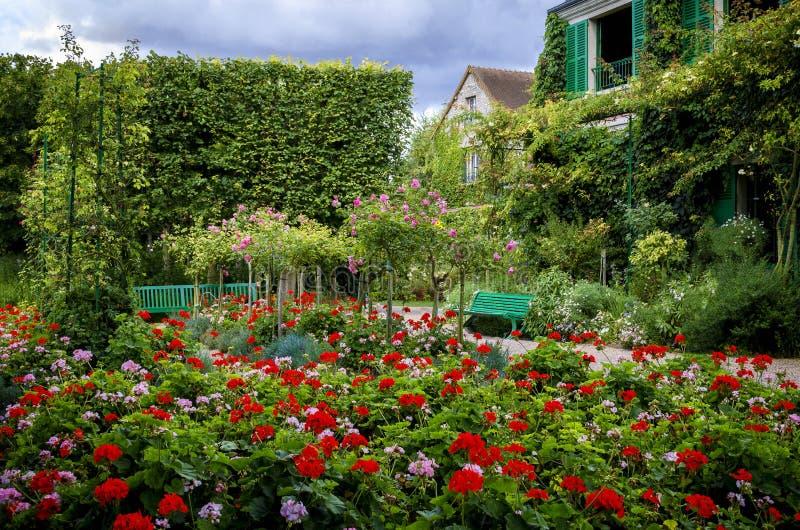 ` S Monet садовничает и дом на Giverny, Нормандии, Франции стоковые фото