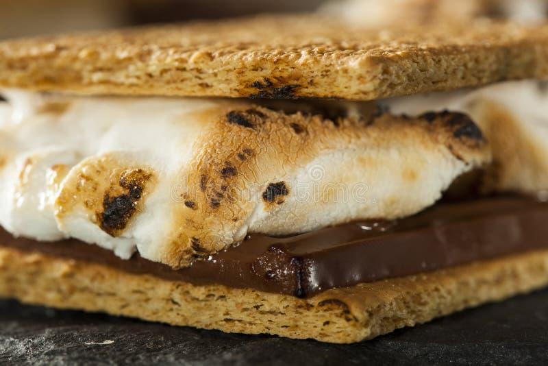 S'mores mit Eibischen Schokolade und Graham Crackers lizenzfreie stockbilder