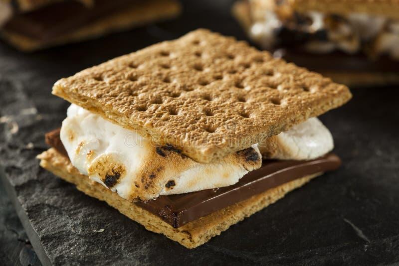 S'mores mit Eibischen Schokolade und Graham Crackers lizenzfreies stockbild