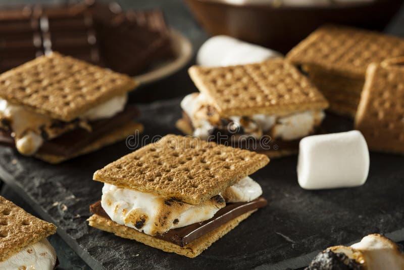 S'mores mit Eibischen Schokolade und Graham Crackers stockfoto