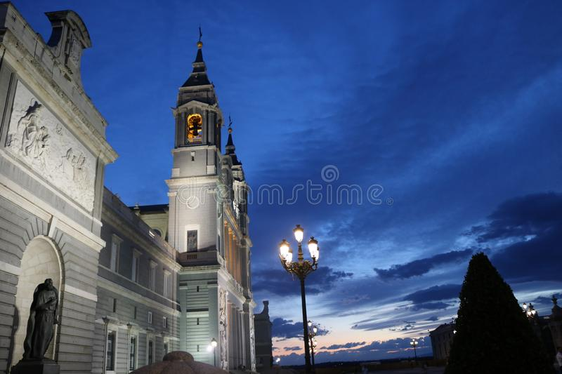 's nachts Almudena Cathedral royalty-vrije stock afbeelding