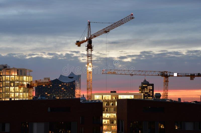 's nachts de horizon van Hamburg Bouwkranen en Philarmonie-de bouw royalty-vrije stock afbeeldingen