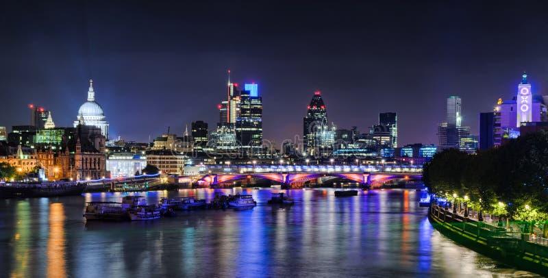's nachts de horizon van Londen stock afbeelding