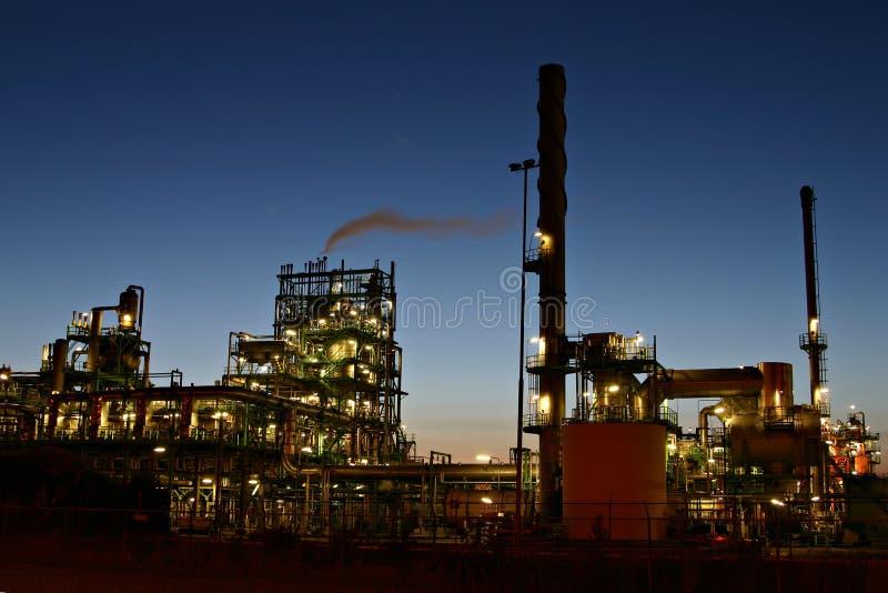 's nachts de raffinaderij van de olie royalty-vrije stock foto