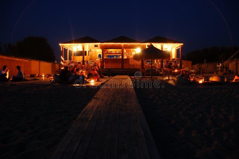 's nachts de Staaf van het strand stock foto's