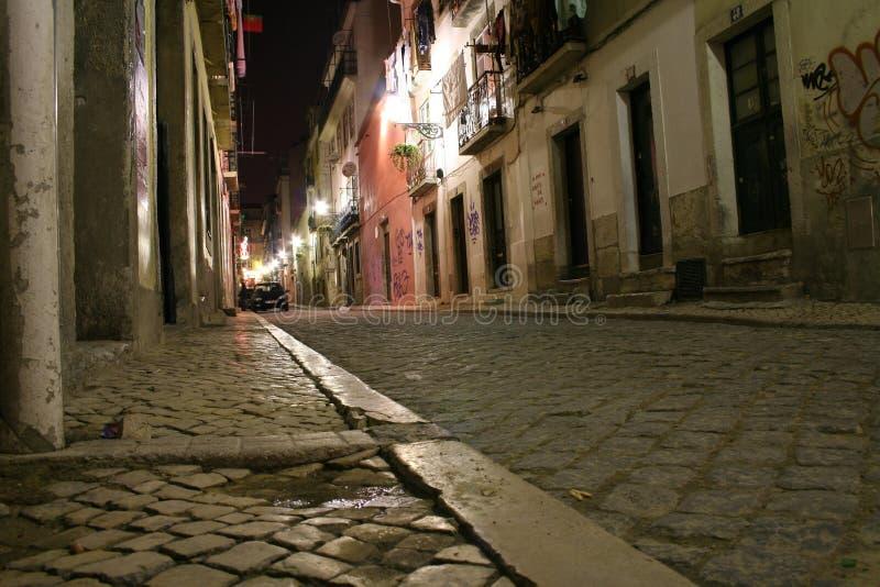 's nachts de straat van Lissabon royalty-vrije stock foto's