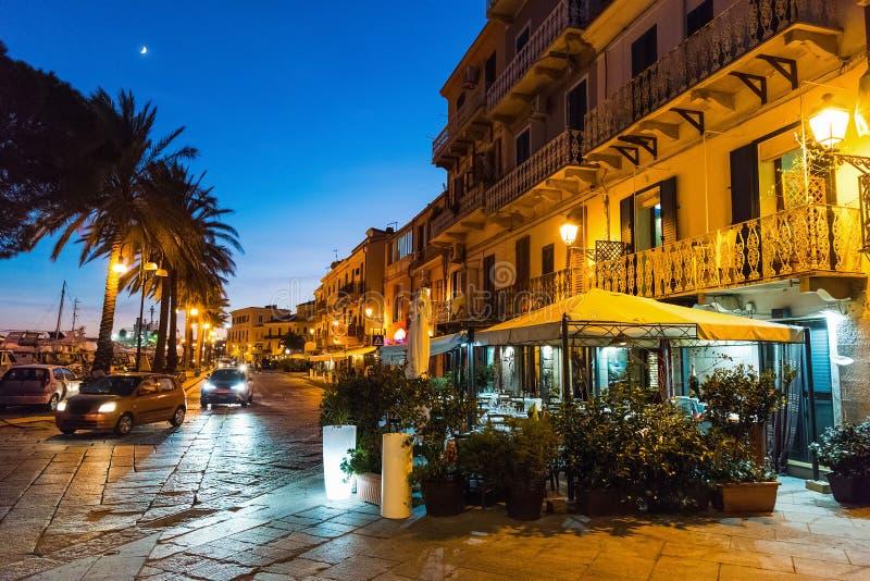 's nachts de strandboulevard van La Maddalena stock afbeelding