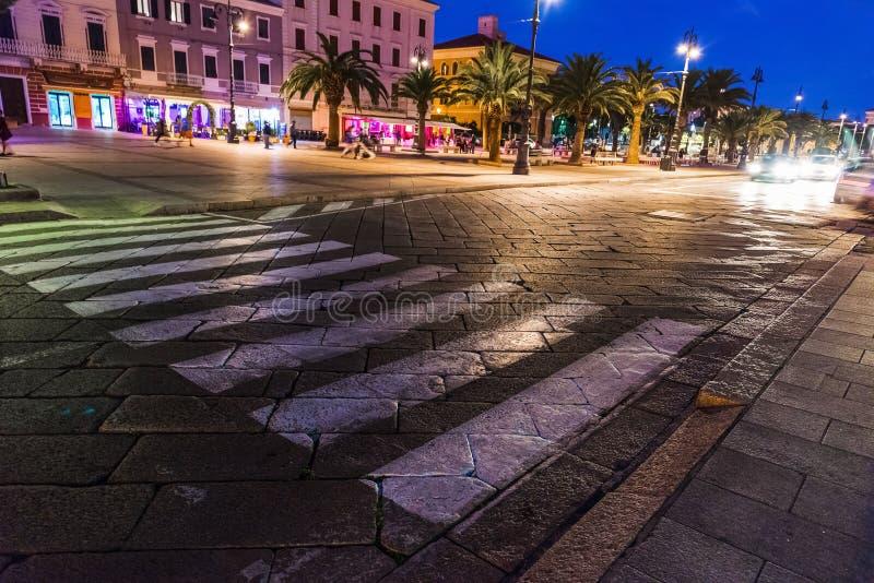 's nachts de strandboulevard van La Maddalena stock foto's