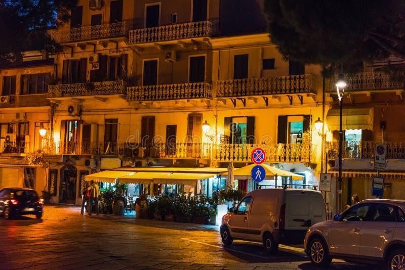 's nachts de strandboulevard van La Maddalena royalty-vrije stock foto's