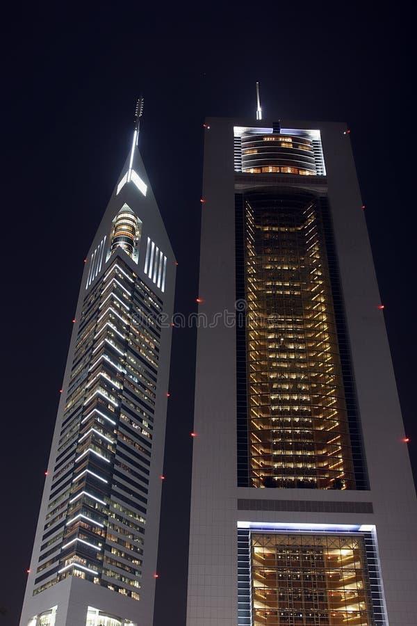 's nachts de torens van emiraten stock afbeeldingen