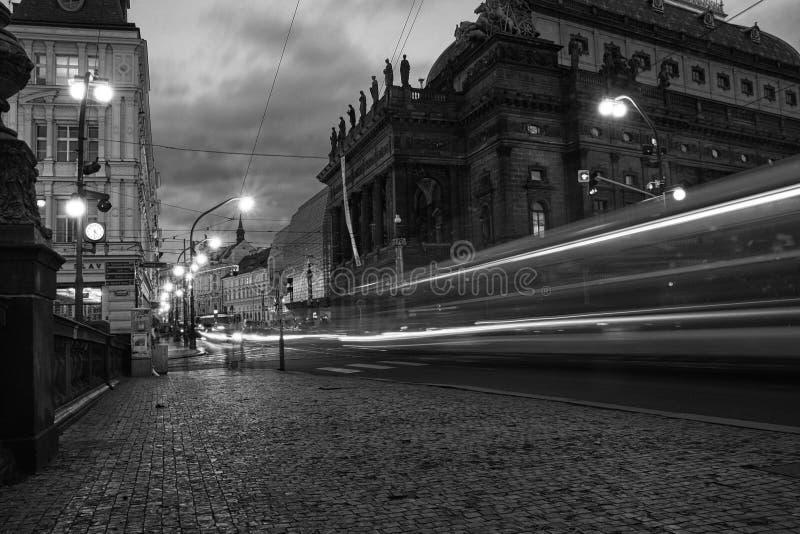 's nachts de tram van Praag royalty-vrije stock afbeeldingen