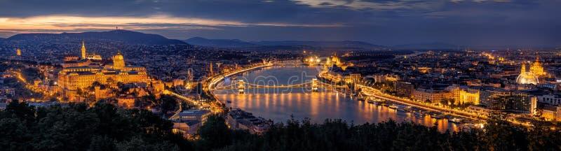 's nachts het panorama van Boedapest royalty-vrije stock afbeeldingen