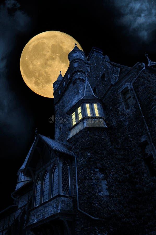 's nachts kasteel stock afbeeldingen
