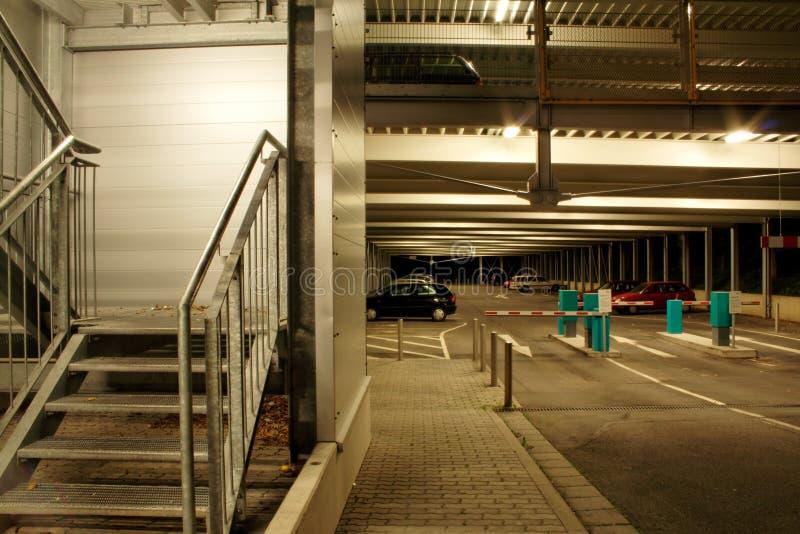 's nachts parkeerterrein stock afbeelding