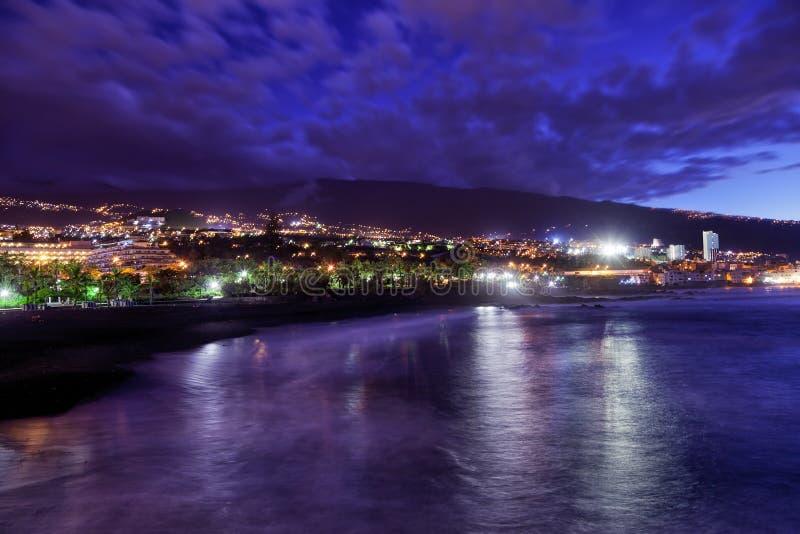's nachts Puerto de la Cruz stock foto's