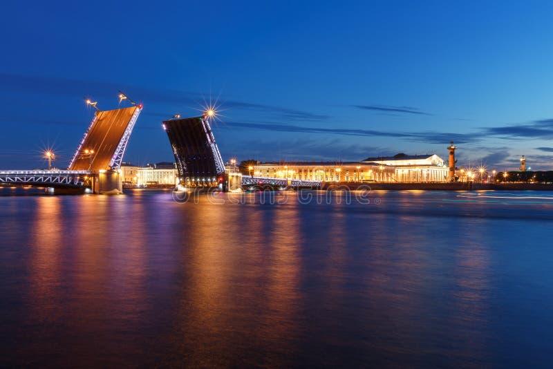 's nachts St. Petersburg Panorama van nachtstad Mening over de Neva-rivier en de open brug royalty-vrije stock fotografie