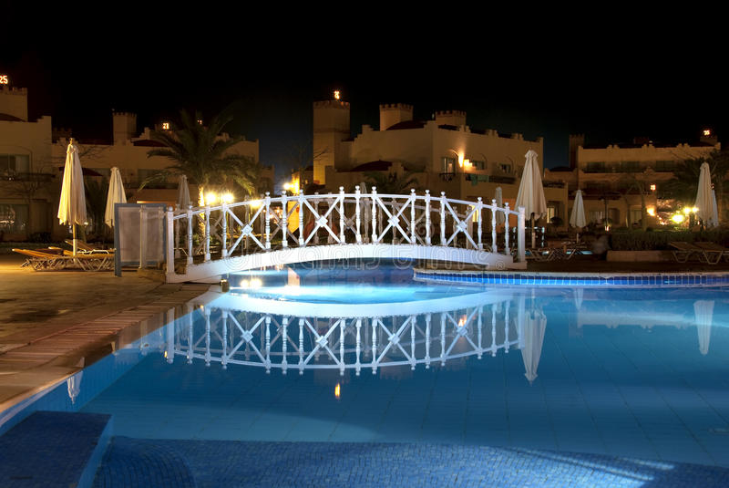's nachts zwembad stock afbeelding