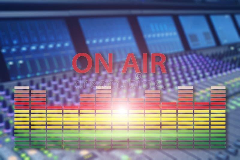 S?nda studion p? luft Massmedia l?ter, radio- och televisionrekordet p? suddig bakgrund f?r yrkesm?ssig ljudsignal panel arkivfoto