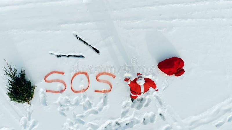 S.O.S.-bericht van Santa Claus in de sneeuwopen plek stock afbeeldingen