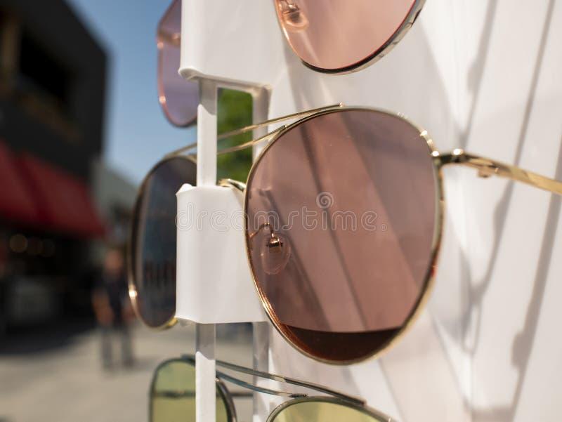 S?o?c szk?a na kontuarze dwa pary okulary przeciws?oneczni w r??nych kolorach obrazy stock