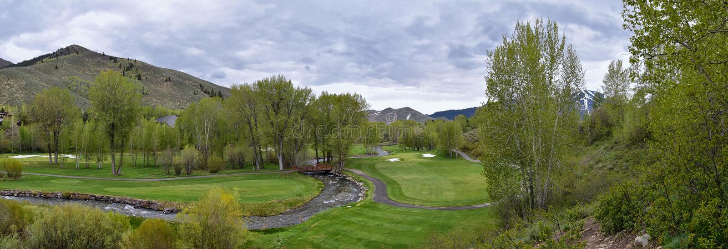 S?o?ce dolina, borsuka jar w Sawtooth g?r lasu pa?stwowego krajobrazu panoramy widokach od ?lad zatoczki drogi w Idaho zdjęcie stock