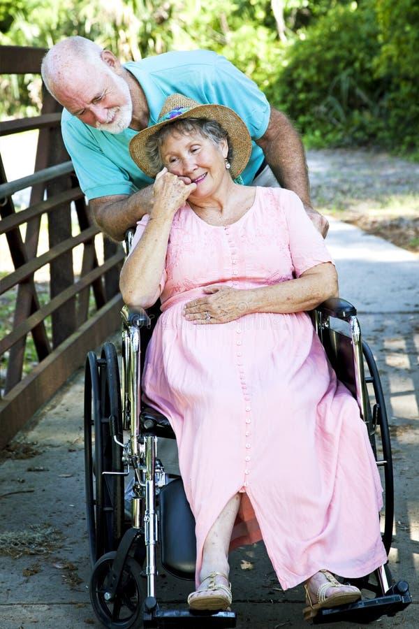 S'occuper de l'épouse handicapée photographie stock libre de droits