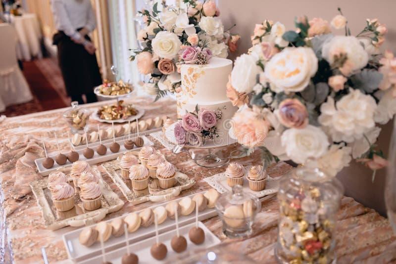 S?odki deseru st?? przy ?lubem Cakestand przy ?lubem obrazy royalty free