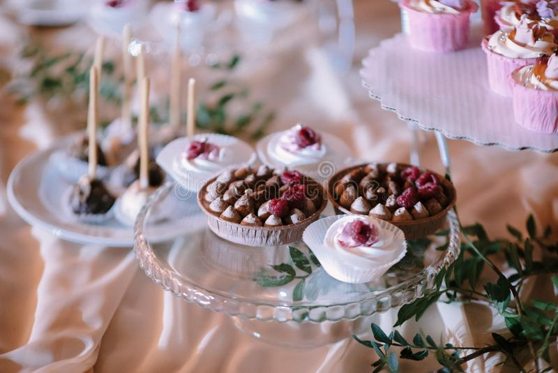 S?odki deseru st?? przy ?lubem Cakestand przy ?lubem fotografia royalty free