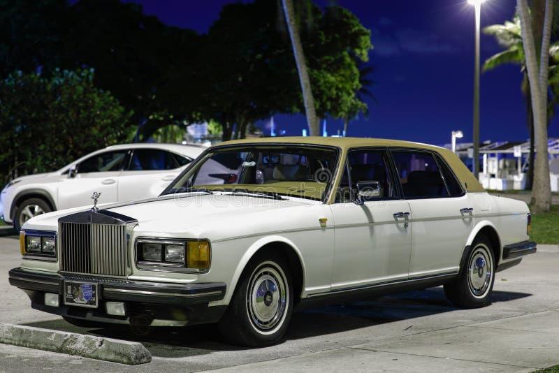 1990 ` s około Rolls Royce luksusowy samochód przy nocą obraz royalty free