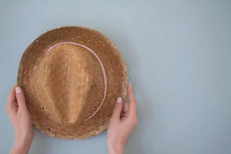 S?omiany kapelusz w r?ce zdjęcia stock