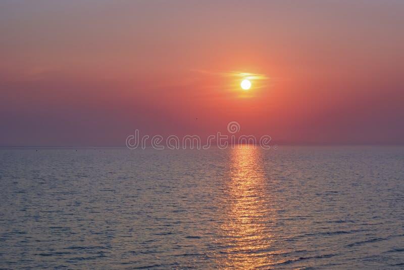 S?oneczna ?cie?ka morze Zmierzch lub wsch?d s?o?ca przy morzem jasny horyzont zdjęcie royalty free