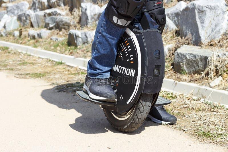 S?oul - 03 18 2019 : Homme dans la valeur d'espadrilles sur un monocycle ?lectrique, vue de face photographie stock