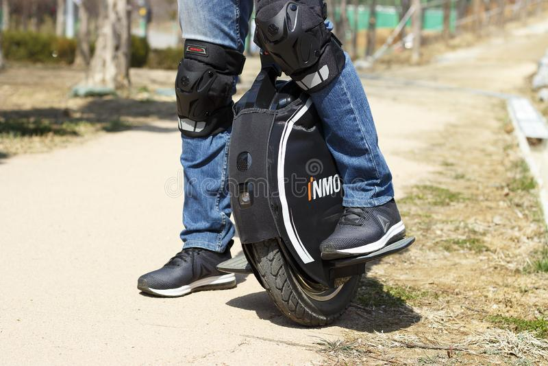 S?oul - 03 18 2019 : Homme dans la valeur d'espadrilles sur un monocycle ?lectrique, vue de face images libres de droits