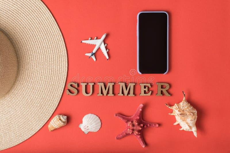 S?owa lato od drewnianych list?w Seashells, część samolot i smartphone kapeluszowi, mali, Żywy koralowy tło Mieszkanie nieatutowy obrazy stock