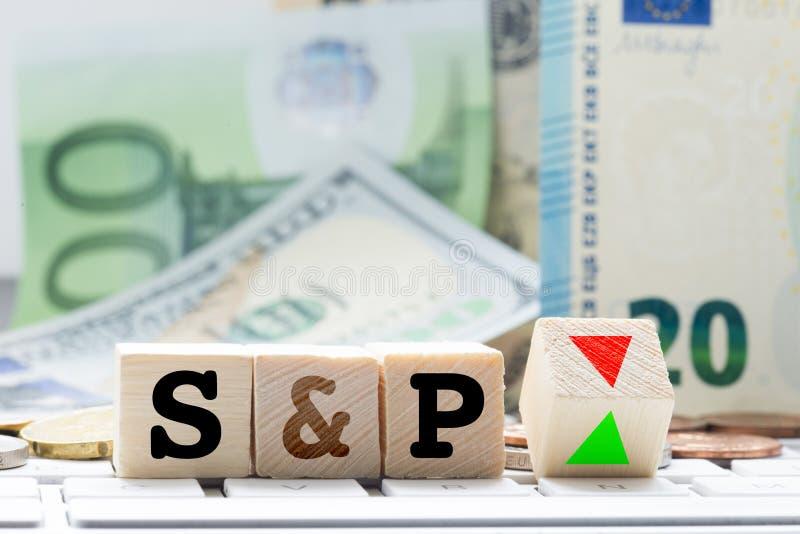 S&P, concetto di adeguamento di valutazione di Standard & Poor's, con le euro banconote nel fondo fotografia stock