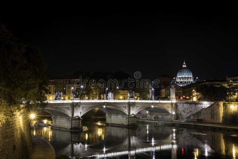 S Peter en de Tiber-rivier bij nigh, in Rome royalty-vrije stock foto's