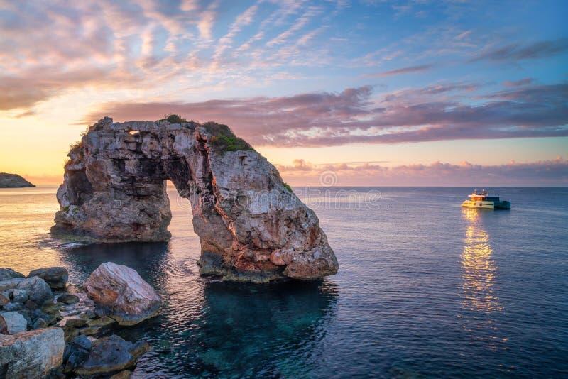 S Pontas in Mallorca met dichtbij verankerde boot stock foto