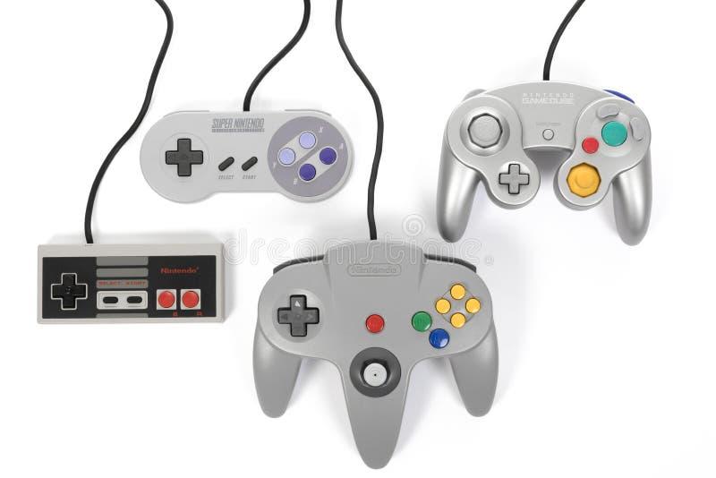 ` S prima di Nintendo quattro regolatori di gioco immagini stock
