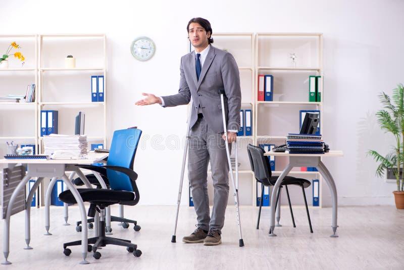 S?rad manlig anst?lld f?r ben som arbetar i kontoret fotografering för bildbyråer