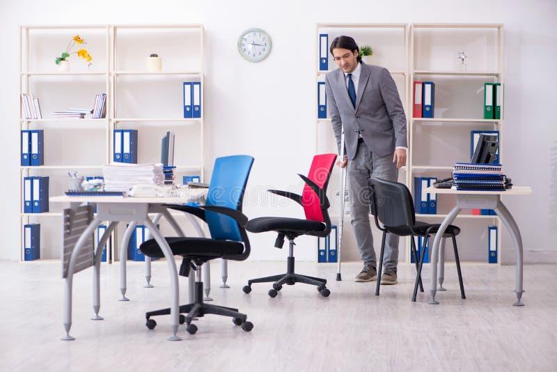 S?rad manlig anst?lld f?r ben som arbetar i kontoret royaltyfria foton
