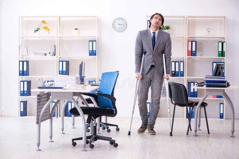 S?rad manlig anst?lld f?r ben som arbetar i kontoret arkivbild