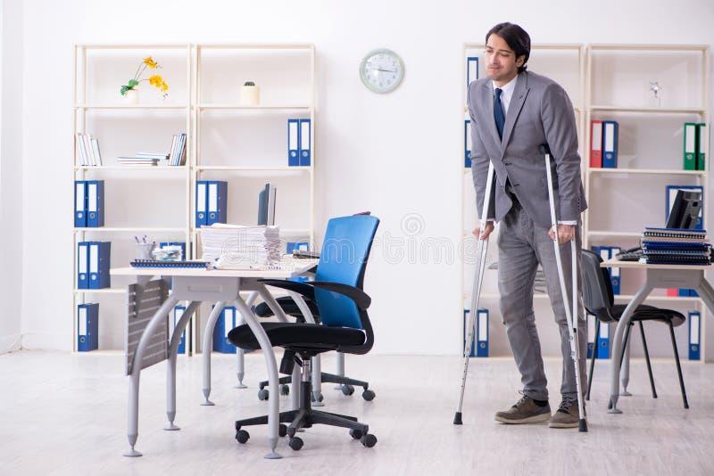 S?rad manlig anst?lld f?r ben som arbetar i kontoret royaltyfri bild