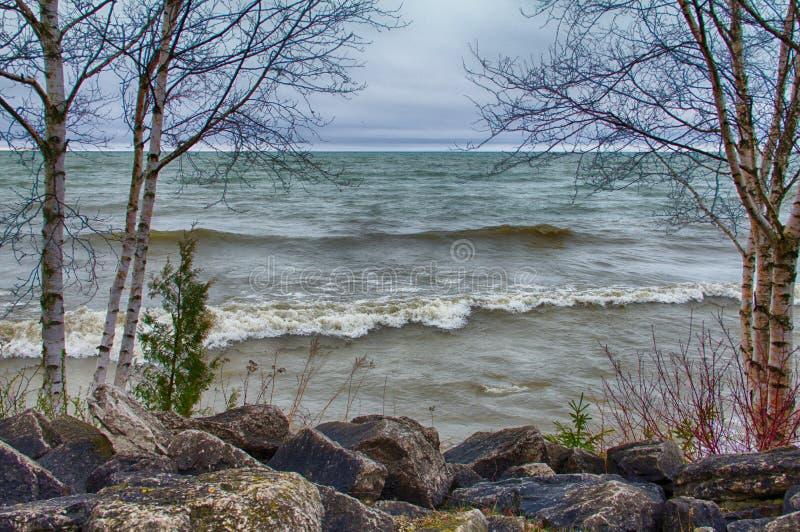 ` S Rocky Shoreline do Lago Michigan em Door County, WI fotografia de stock royalty free