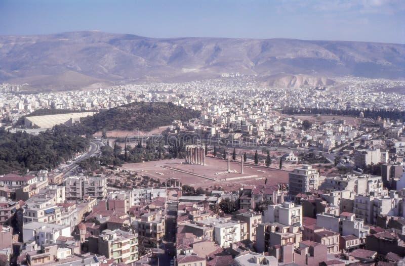 1960s rocznika fotografia Antyczne ruiny i miasto, Ateny, Grecja fotografia royalty free