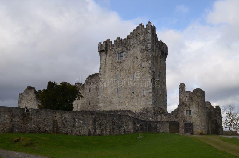 ` S Ross Castle Made de Irlanda de la piedra en el parque nacional de Killarney imagen de archivo
