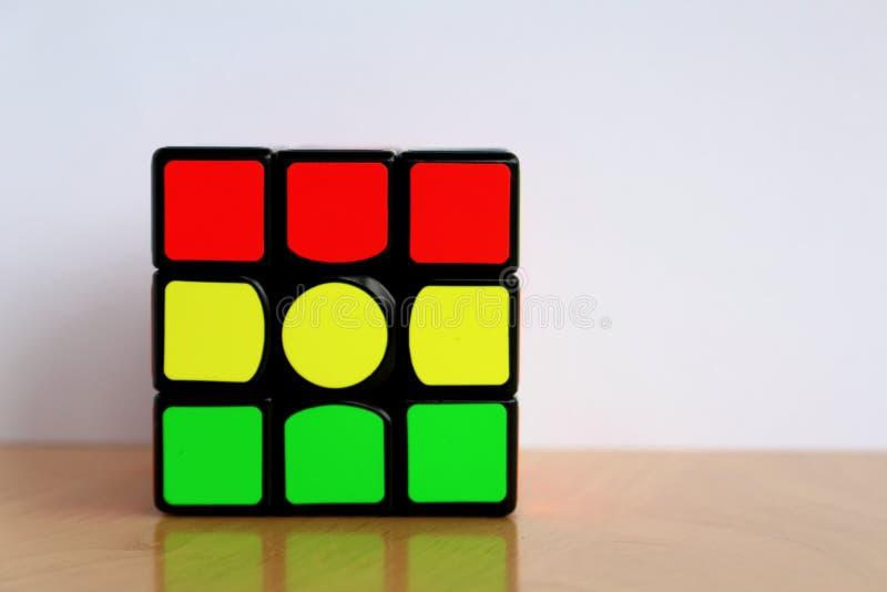 ` S Speedcube mágico de Rubik en los colores de Rastafarian fotografía de archivo libre de regalías